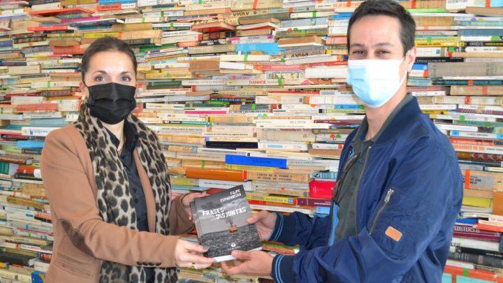 Jovem escritor de Vale de Cambra oferece seu primeiro livro à biblioteca Municipal