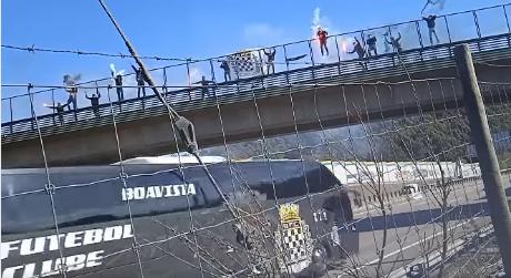 Adeptos do Boavista apoiam equipa na A1 a caminho da Luz