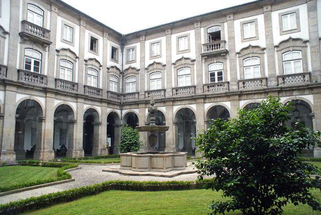 Bibliotecas Municipais do Porto reabrem com regime takeaway e autoempréstimo