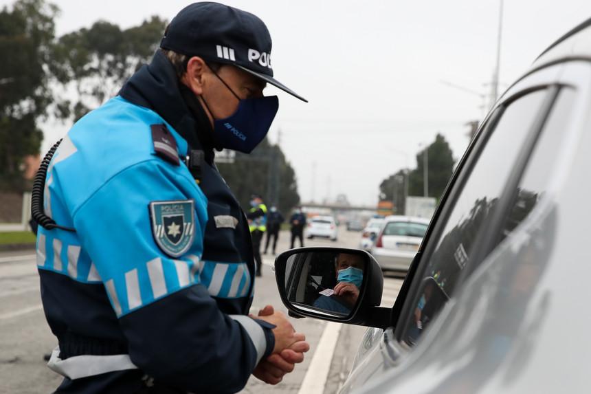 Autoridades já estão nas ruas para controlar limitação de circulação entre concelhos