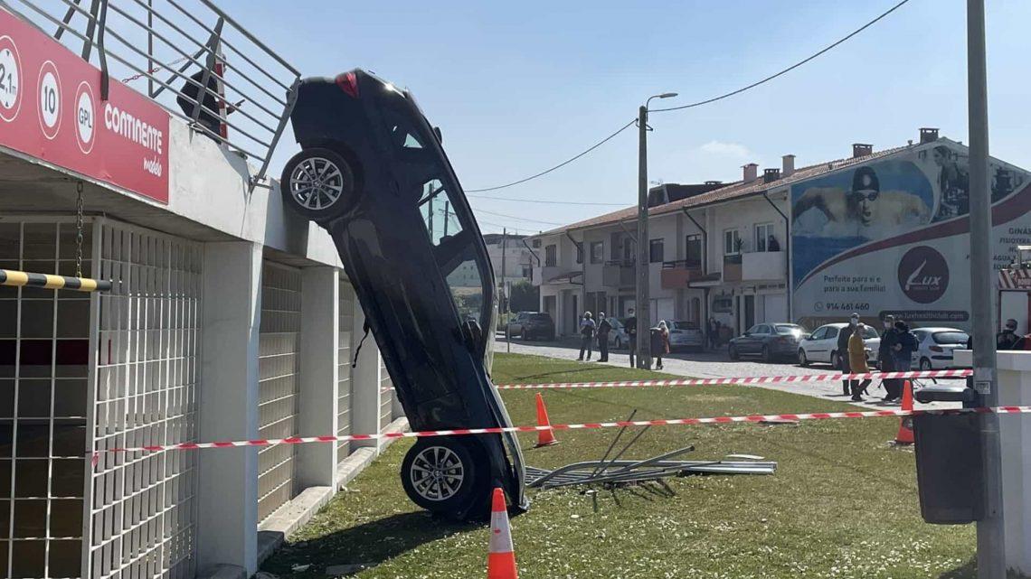 Carro conduzido por mulher grávida cai no estacionamento de hipermercado em Gaia