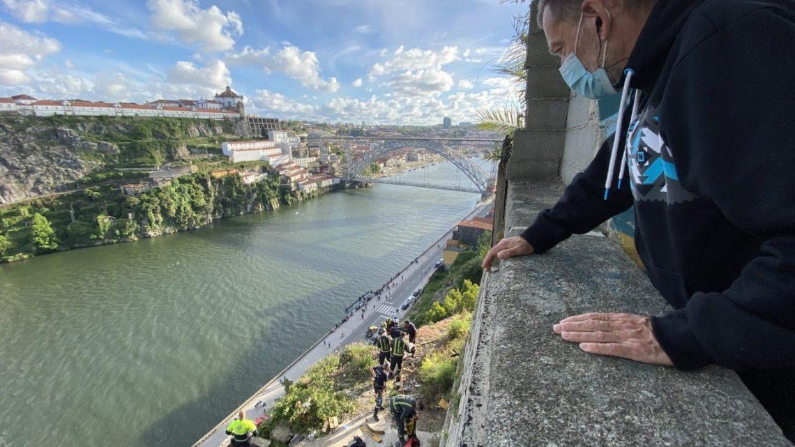 Bombeiros resgatam jovem que caiu nas escarpas das Fontainhas no Porto