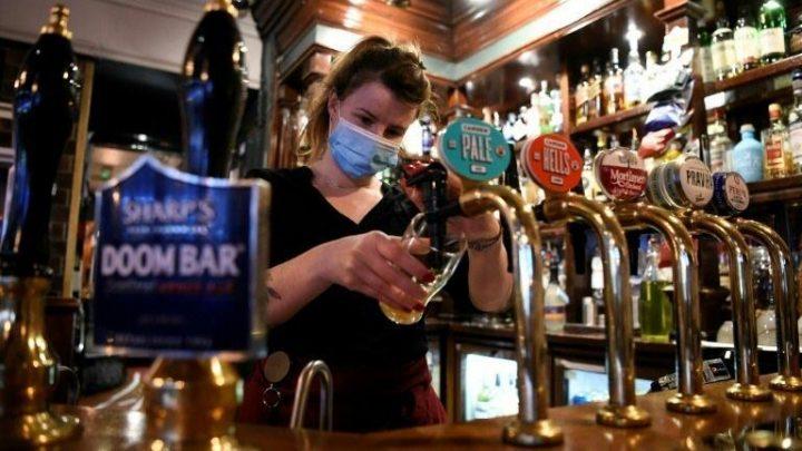 Inglaterra reabre com abertura de esplanadas de pubs e restaurantes