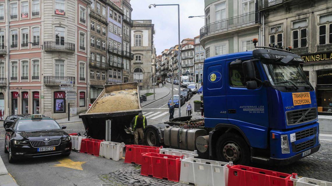 Reboque com terra desprende-se de camião na zona histórica do Porto