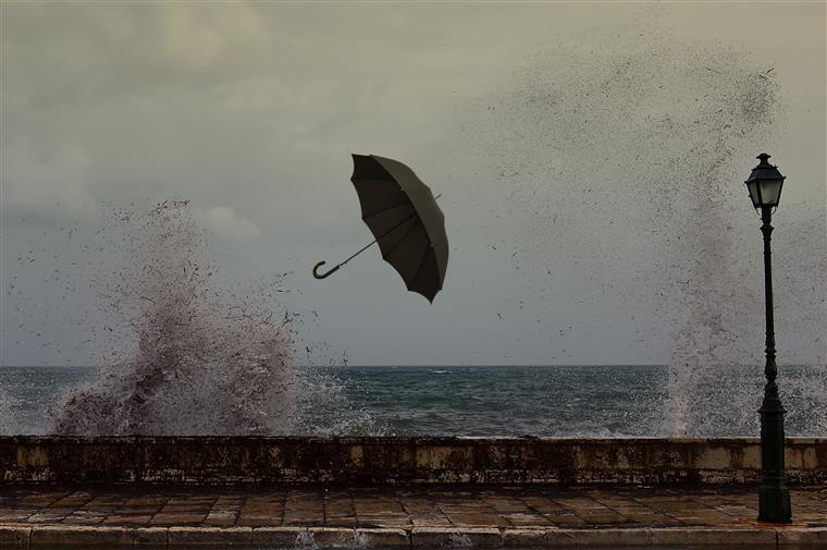 Aviso amarelo devido à precipitação e vento forte